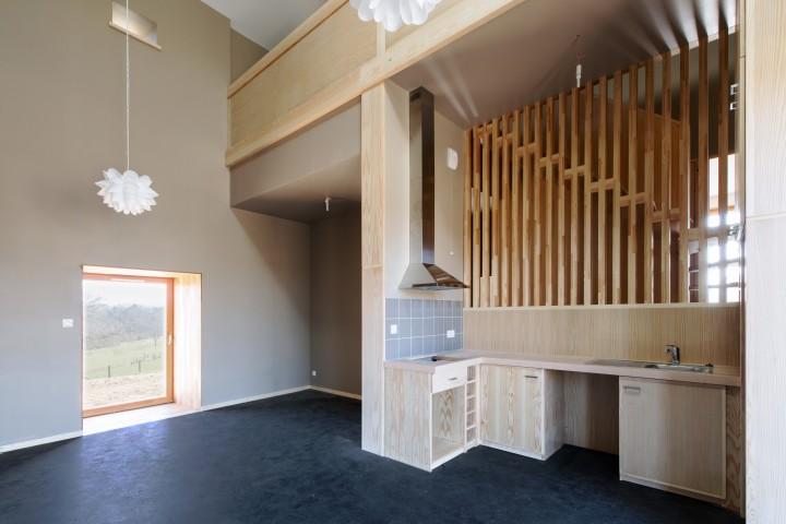 Domaize - T5 - cuisine et escalier - double hauteur sur le séjour / Photographe : Benoît Alazard